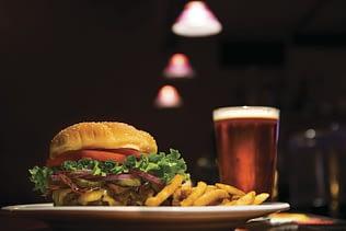 Una versión más sana de hamburguesa con papas y cerveza