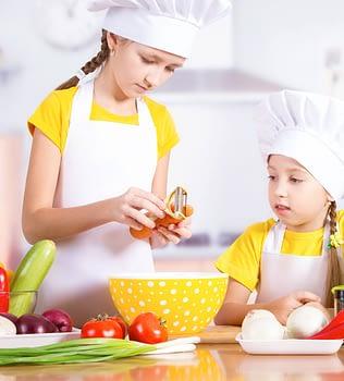 LOS NIÑOS EN LA COCINA aprendiendo a preparar comida saludable