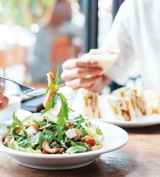 Equilibra tu vida social con tu alimentación